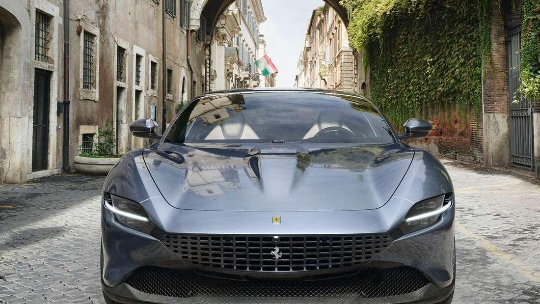 Frontansicht eines grauen Ferrari Roma.