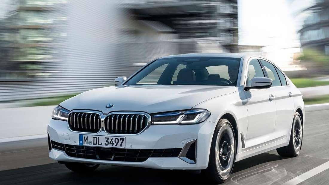 Fahraufnahme eines weißen BMW 5er der siebten Generation (G30) nach dem Facelift.