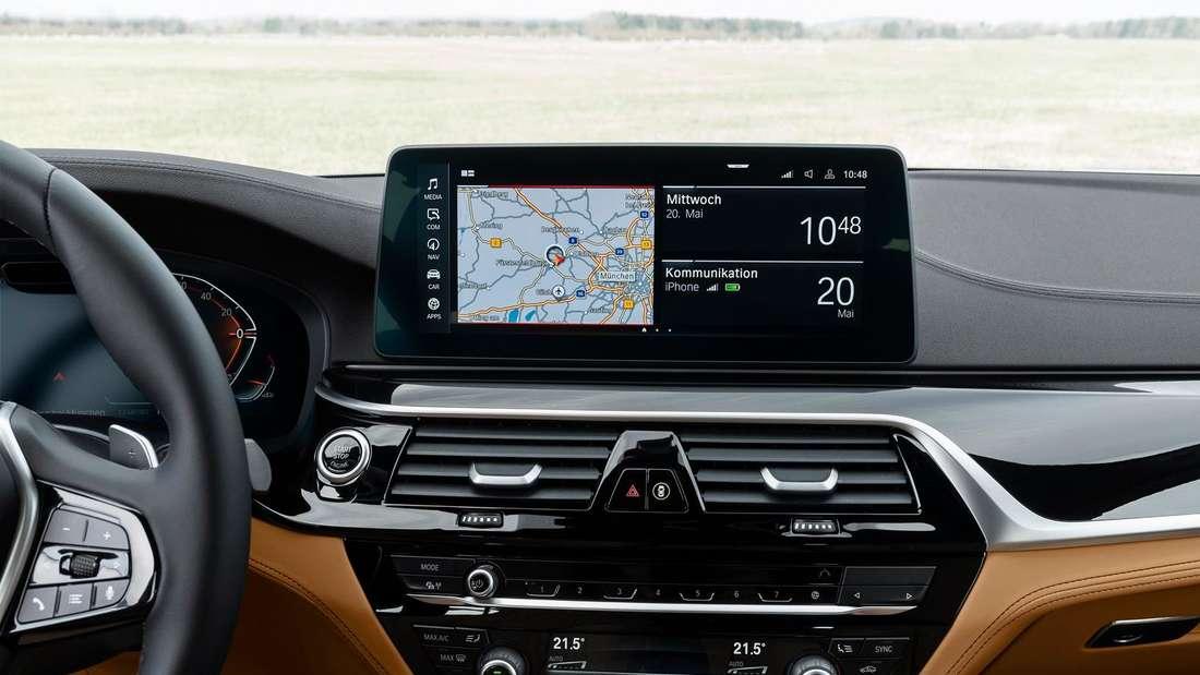 Blick auf das Navi-Display eines BMW 5er der siebten Generation (G30) nach dem Facelift.