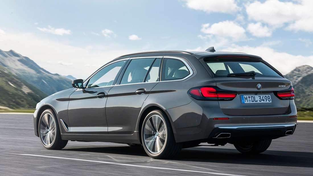 Fahraufnahme eines BMW 5er Touring der siebten Generation (G30) nach dem Facelift.