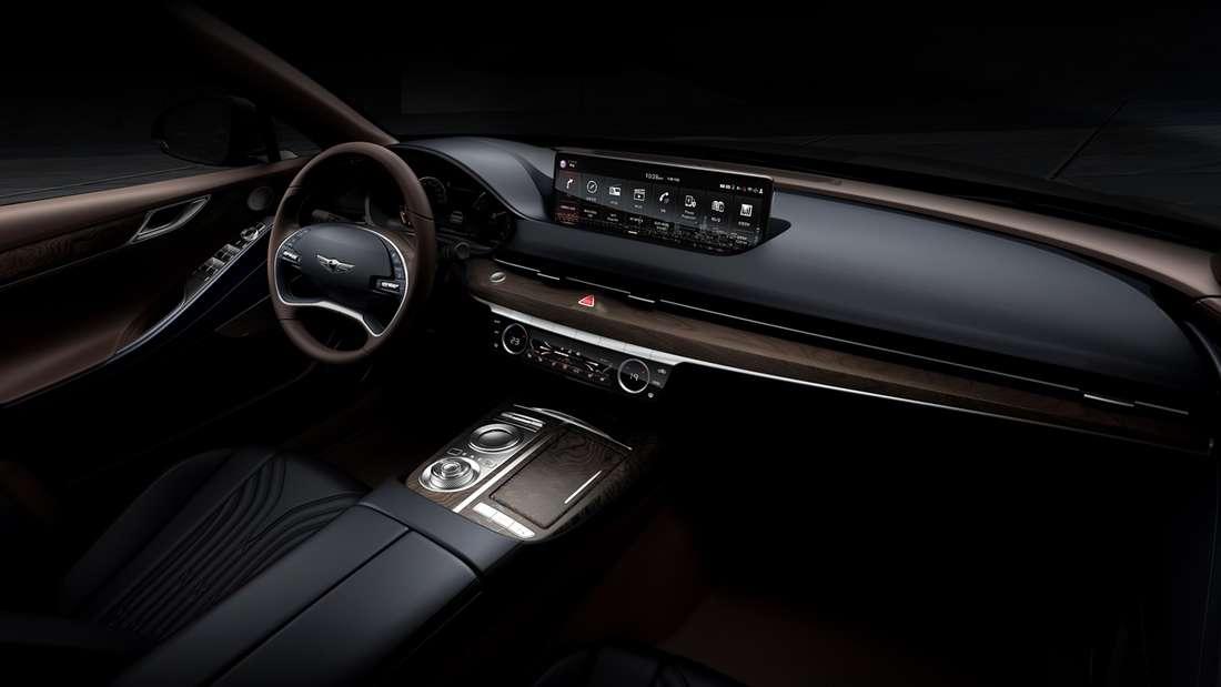 Innenraum des Hyundai G80 fallen mit dem synchronisierten, horizontalen Design von Lenkrad und Bildschirm.
