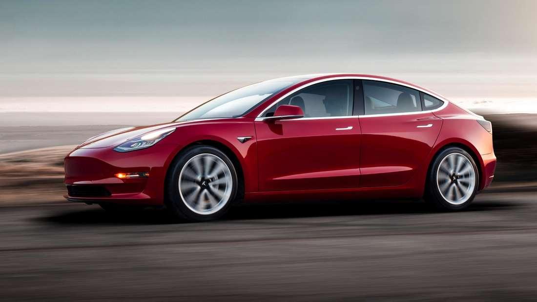 Fahraufnahme eines roten Tesla Model 3