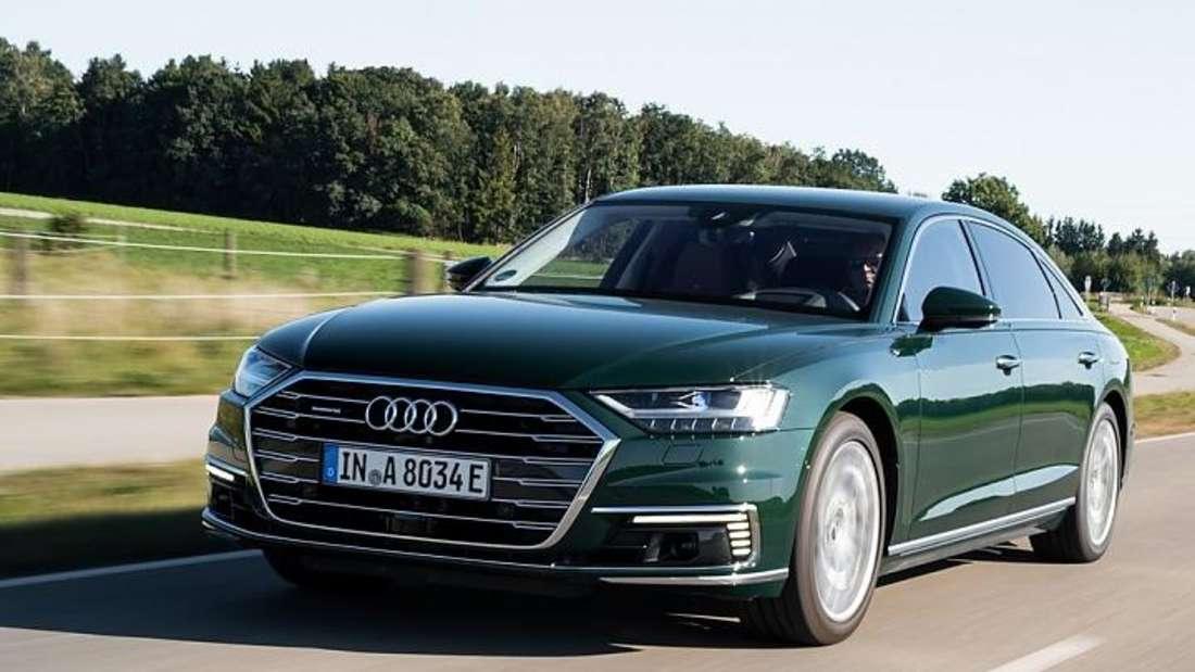 Fahraufnahme eines grünen Audi A8 der vierten Generation (D5).