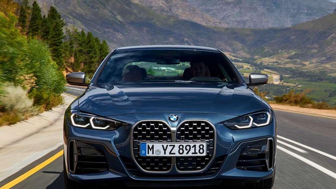 Fahraufnahme eines BMW 4er Coupé der Generation G22.