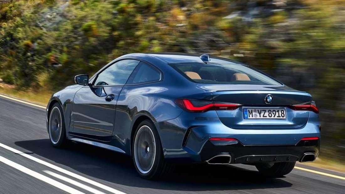 Fahraufnahme eines blauen BMW 4er Coupé der Generation G22.