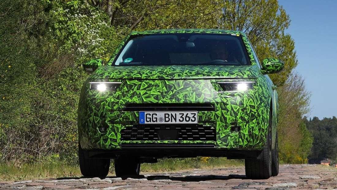 Ein Opel Mokka-e (PSA-Plattform) steht auf einer Teststrecke