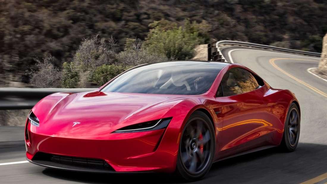Fahraufnahme eines roten Tesla Roadster 2