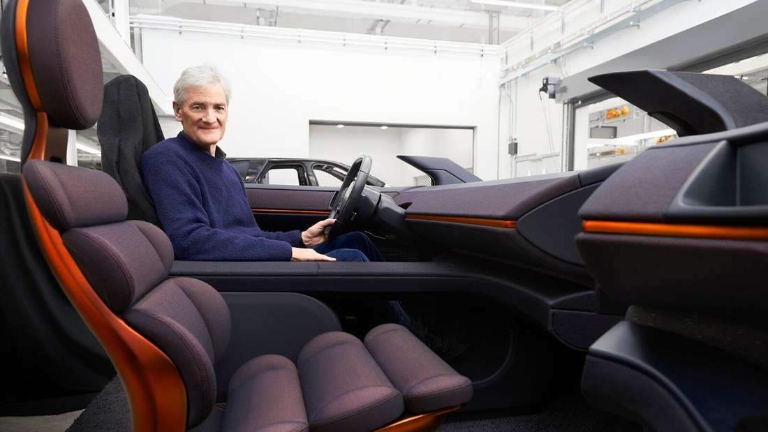 James Dyson in einer Sitzkiste des Dyson EV.
