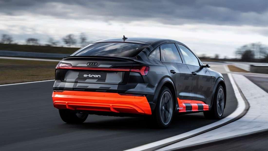 Fahraufnahme eines Audi e-tron Sportback S auf einer Teststrecke.