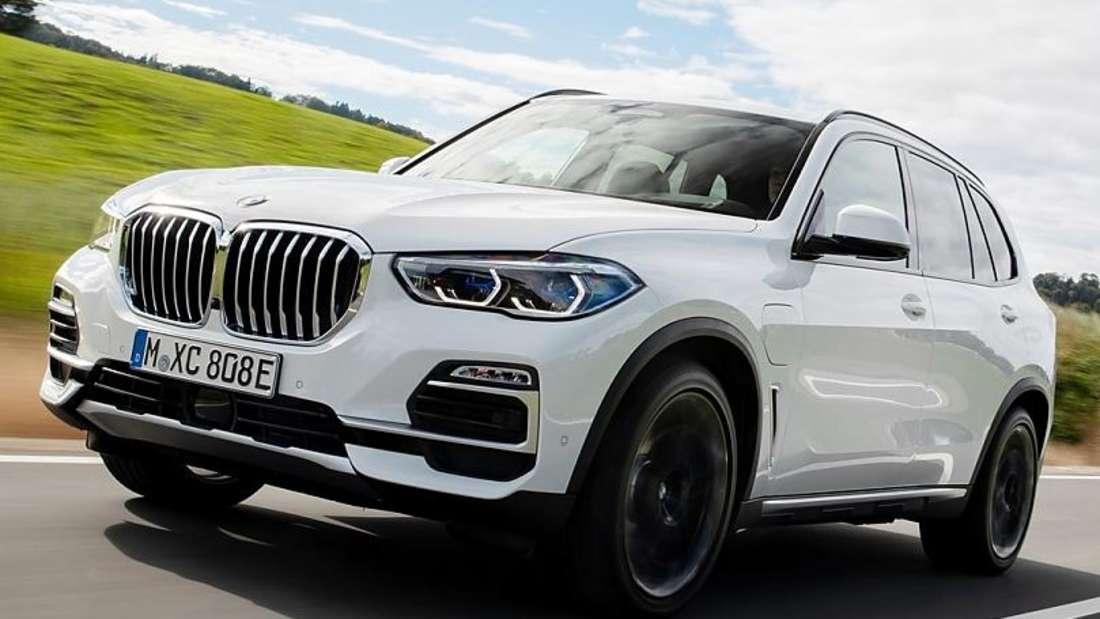 Fahraufnahme eines weißen BMW X5 von schräg vorn