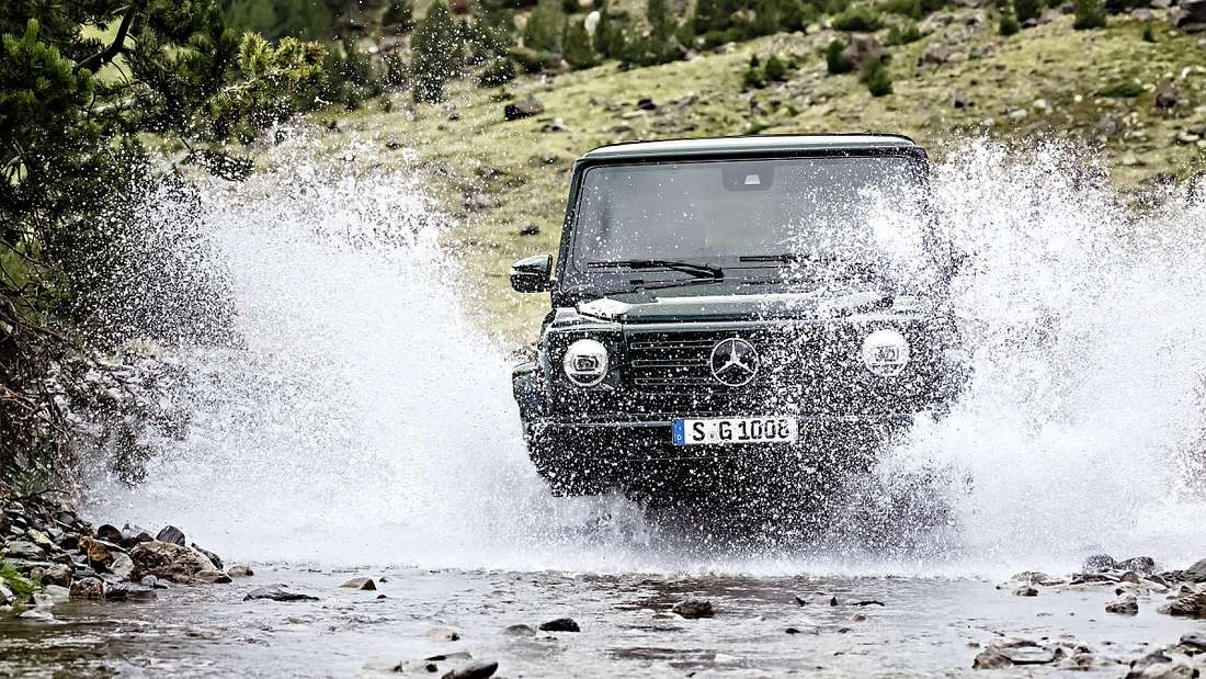 Wasserdurchfahrt eines Mercedes G-Modell