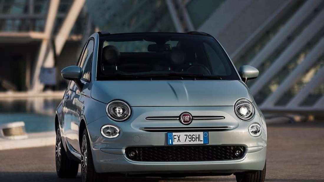 Standaufnahme eines silberfarbenen Fiat 500
