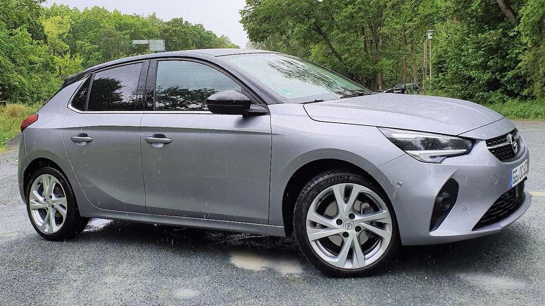 Standaufnahme eines grauen Opel Corsa von schräg vorn