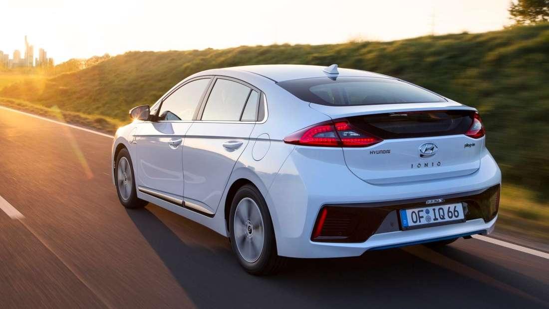 Fahraufnahme eines weißen Hyundai Ionic Plug-in-Hybrid.