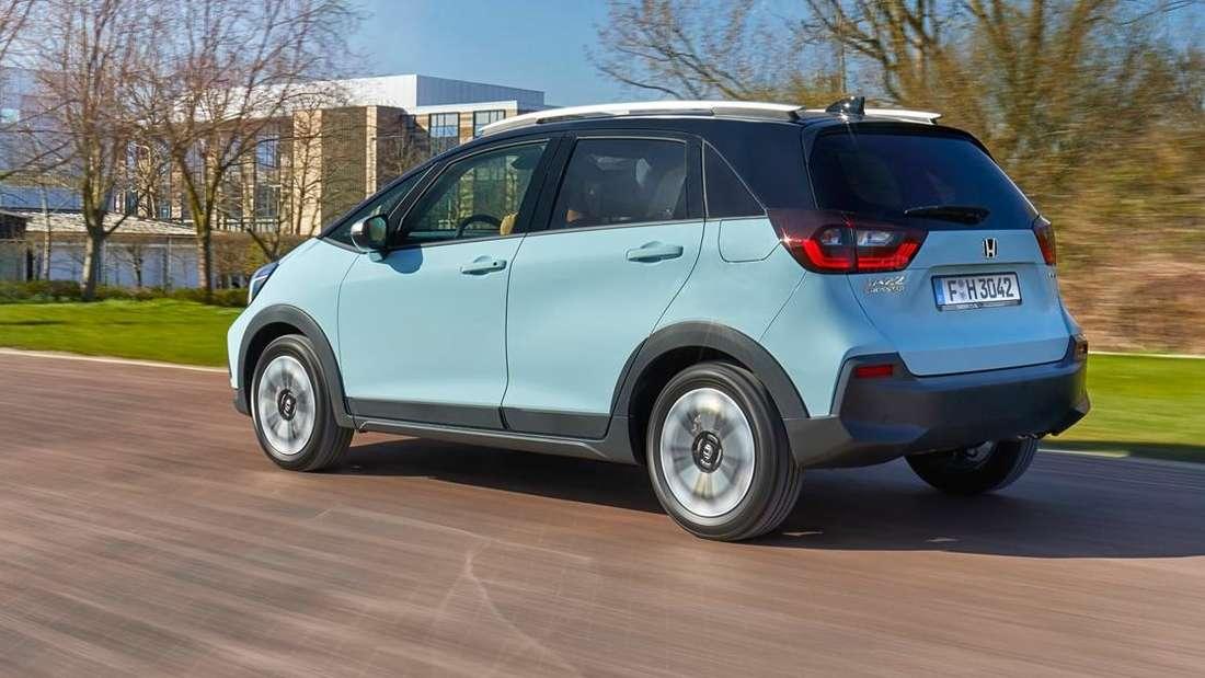 Fahraufnahme eines blauen Honda Jazz Crosstar.
