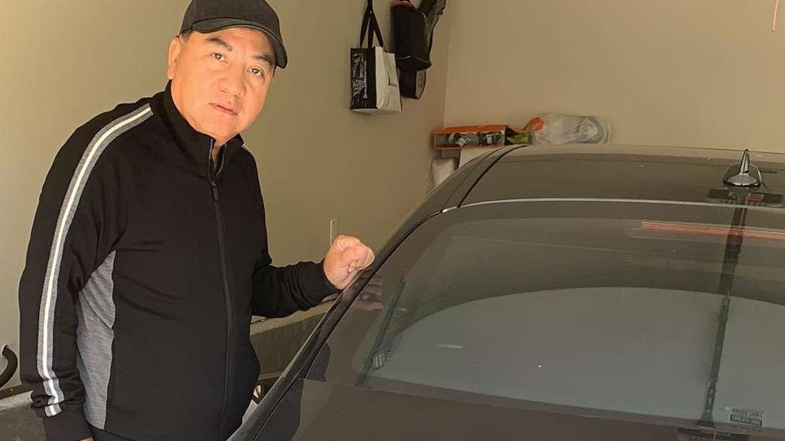 Mister Yang mit der stillgelegten S-Klasse in seiner Garage.