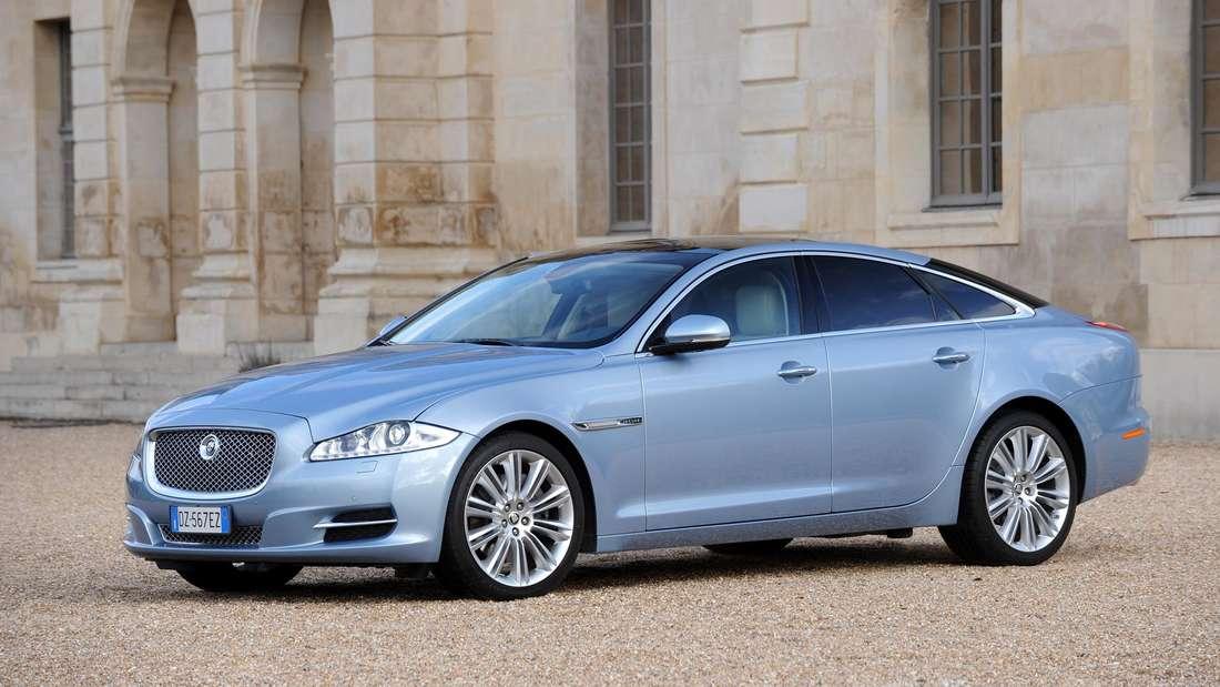 Ein blauer Jaguar XJ.