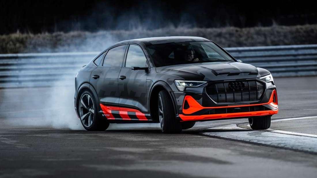 Ein Audi e-tron Sportback S im Drift auf einer Teststrecke.