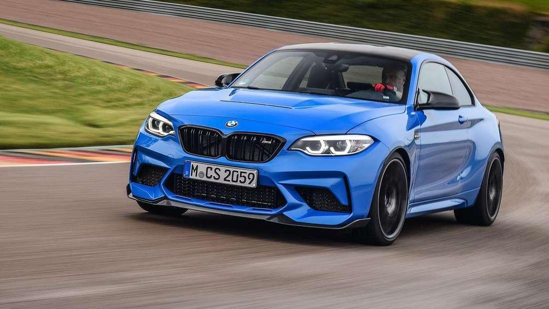Fahraufnahme eines blauen BMW M2 CS auf der Rennstrecke.