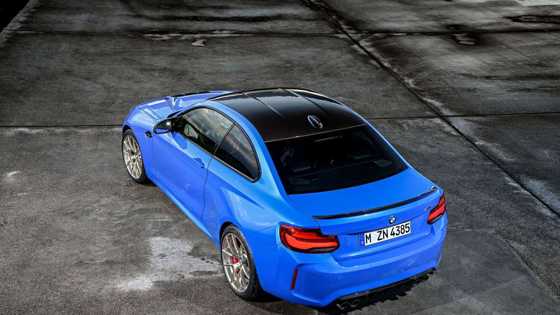 Ein blauer BMW M2 CS aus der Vogelperspektive.