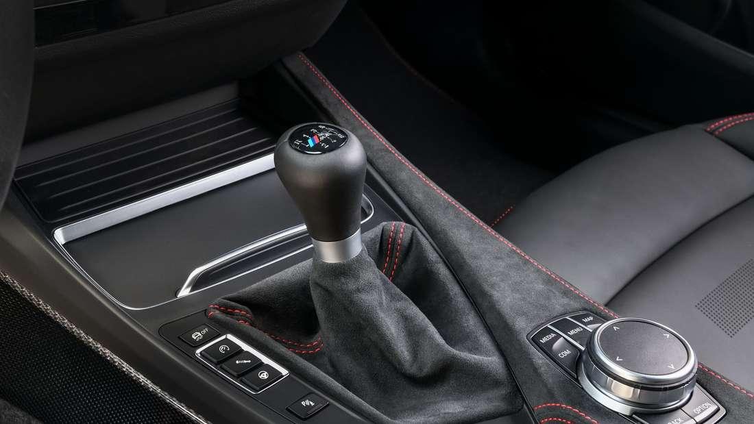 Eine Aufnahme der Sechsgang-Handschaltung im BMW M2 CS.