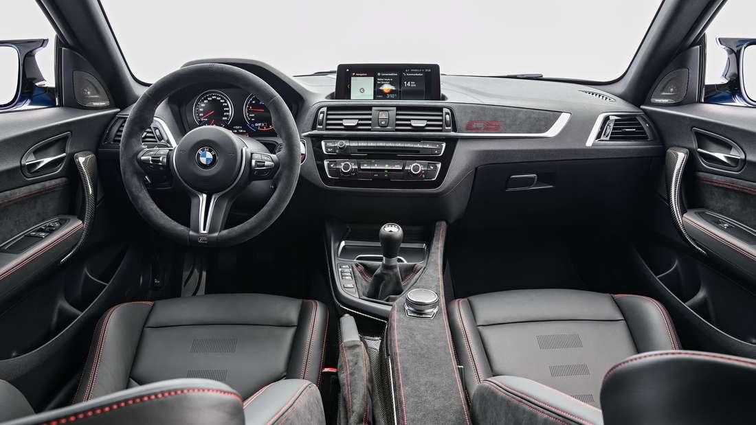 Blick auf das Cockpit eines BMW M2 Competition.