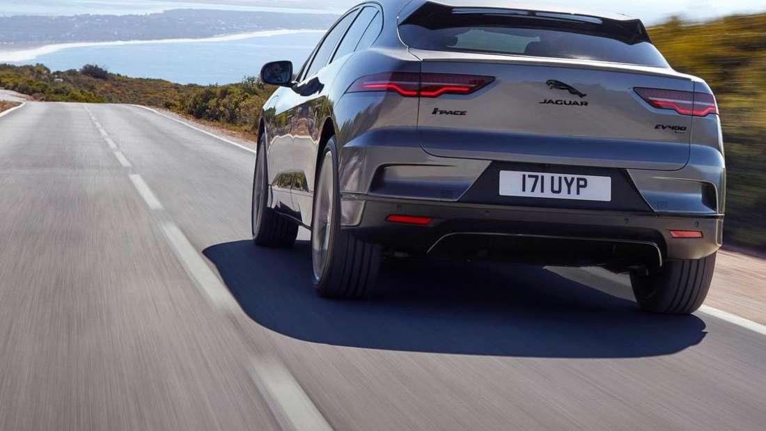 Fahraufnahme eines Jaguar I-Pace der ersten Generation nach dem Facelift.