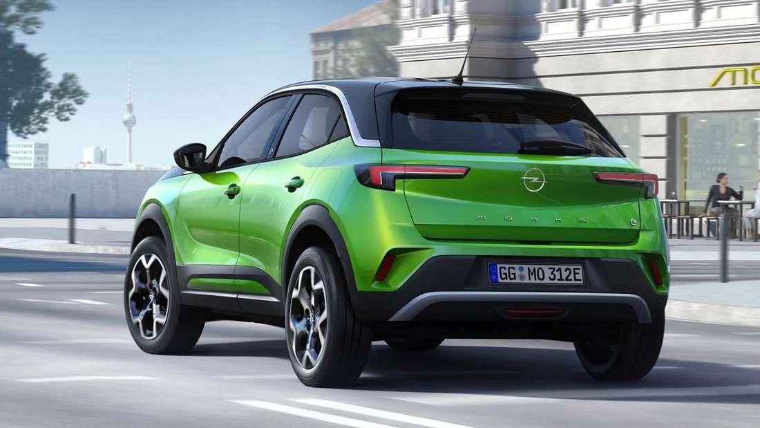 Fahraufnahme eines grünen Opel Mokka-e.