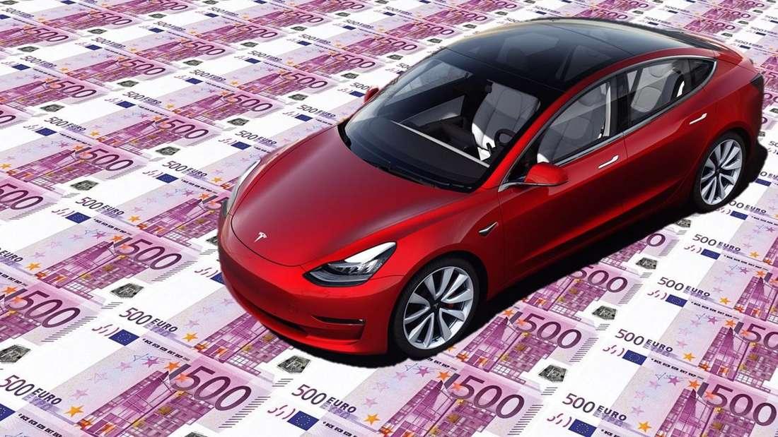 Eine Fotomontage zeigt einen roten Tesla Model 3 auf Geldscheinen.