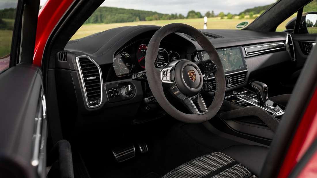 Innenraum des Cayenne GTS mit Fokus auf das Lenkrad