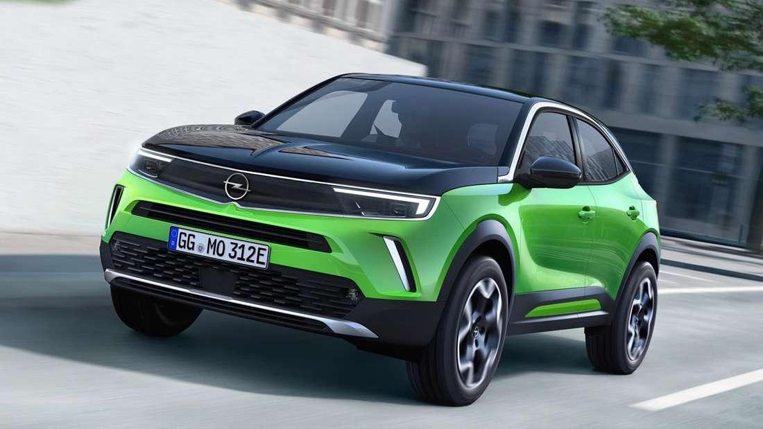 Fahraufnahme eines grünen Opel Mokka-e der zweiten Generation.