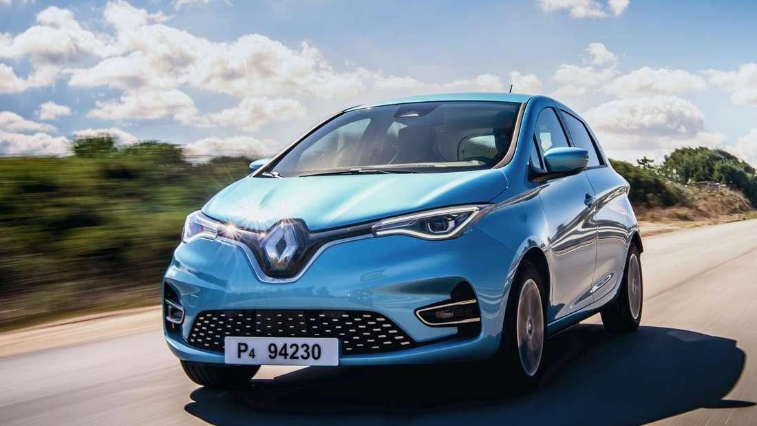 Ein Renault Zoe fährt auf einer Landstraße.