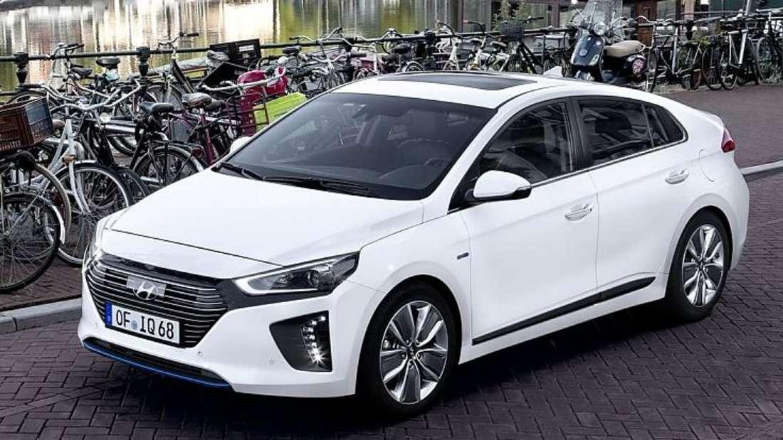 Standaufnahme eines Hyundai Ioniq von schräg vorn