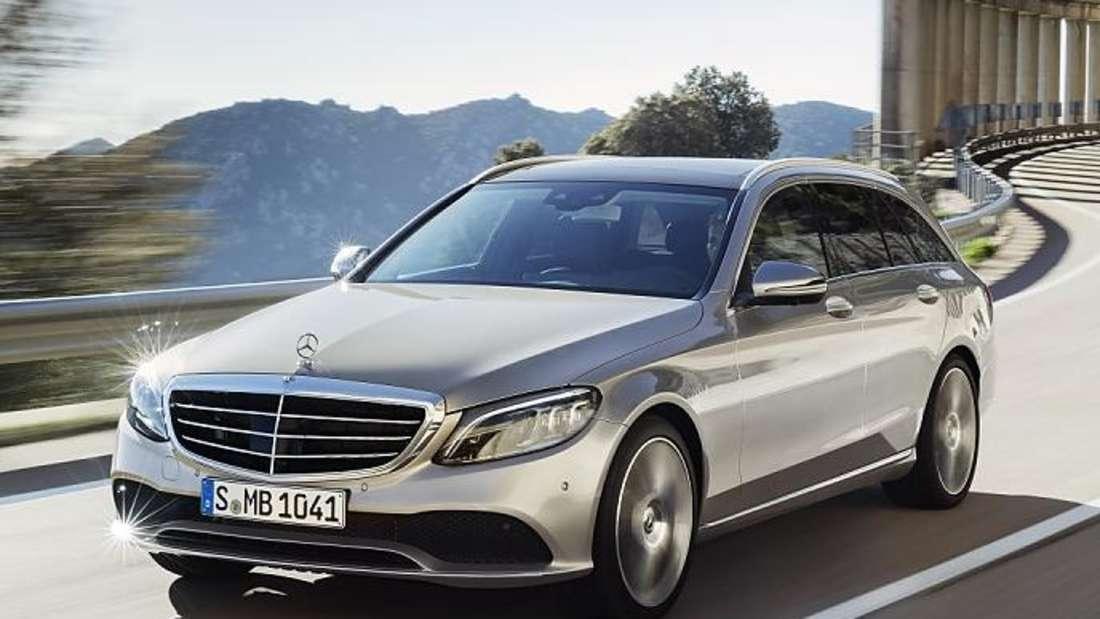 Fahraufnahme einer Mercedes C-Klasse von schräg vorn