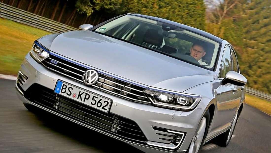 Fahraufnahme eines VW Passat GTE von vorn