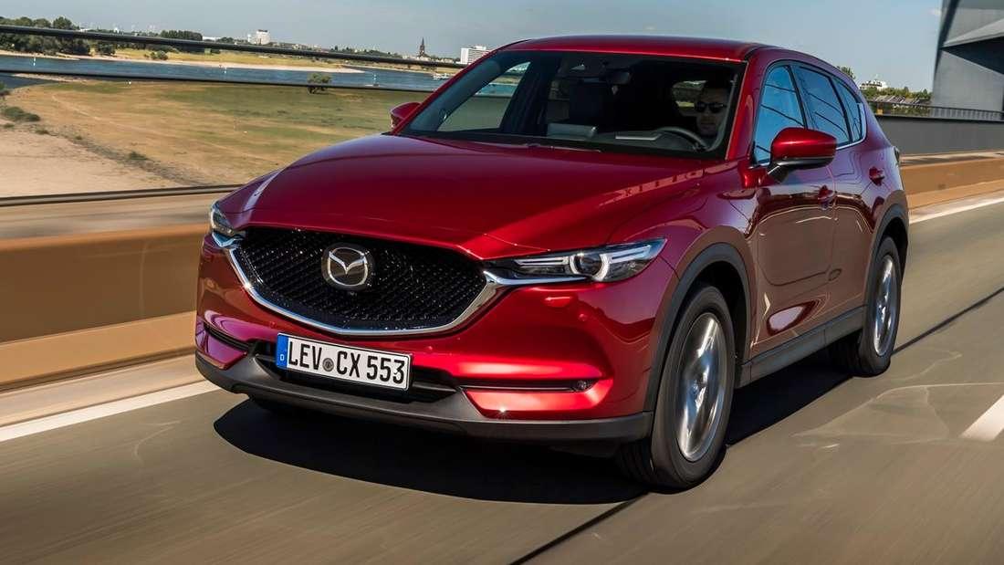 Fahraufnahme eines weinroten Mazda CX-5 nach dem Facelift.