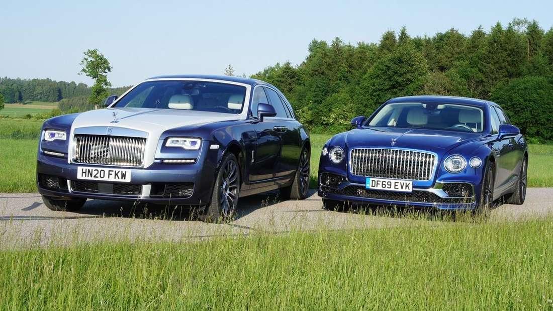 Ein Rolls-Royce Ghost steht neben einem Bentley Flying Spur.