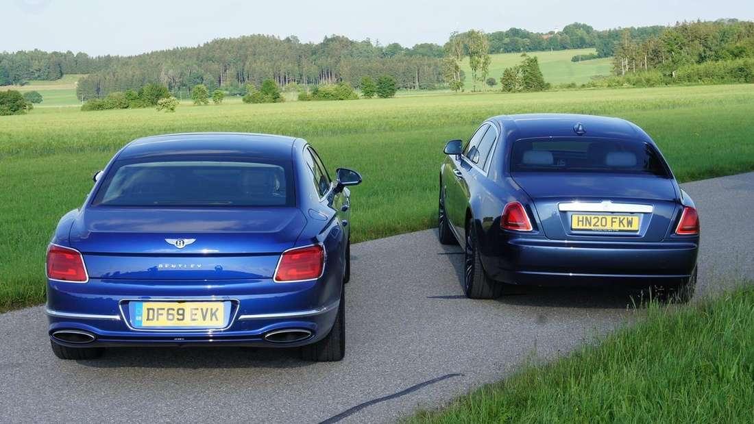 Ein Bentley Flying Spur steht neben einem Rolls-Royce Ghost.