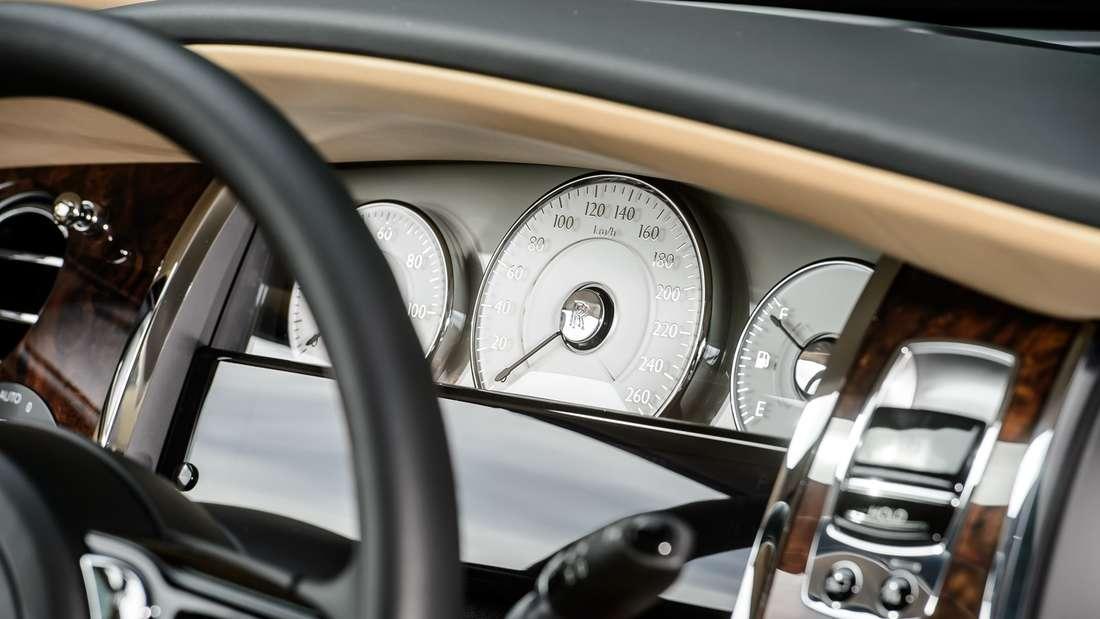 Ein Blick auf da Armaturenbrett eines Rolls-Royce Ghost.