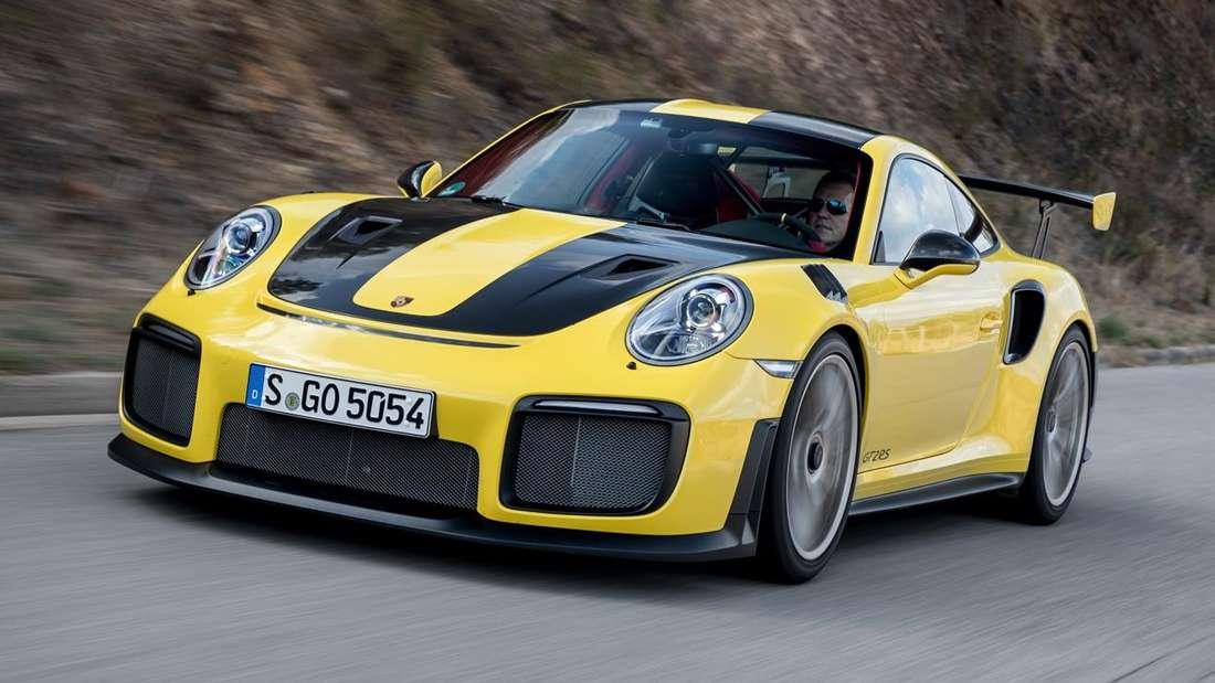 Fahraufnahme eines gelb-schwarzen Porsche 911 GT2 RS.