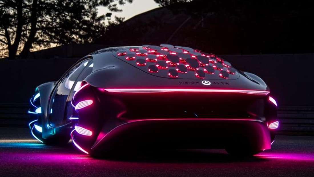 Mercedes Vision AVTR im dunkeln beleuchtet von schräg hinten