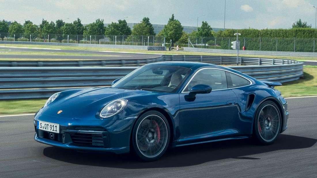 Fahraufnahme eines Porsche 911 Turbo von schräg vorn