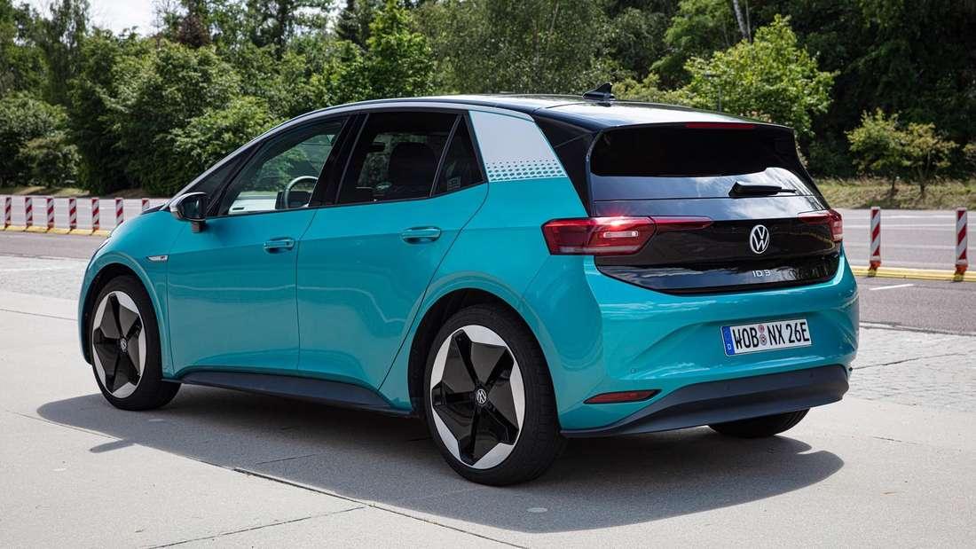 Ein blauer VW ID.3 der ersten Generation.