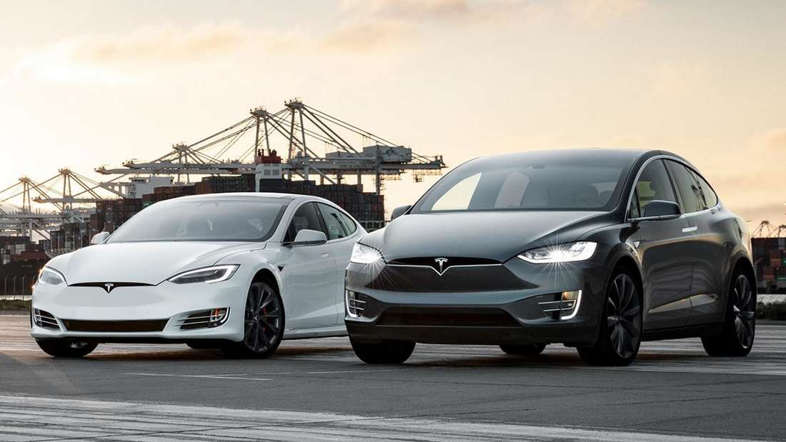 Standaufnahme eines Tesla Model S und eines Tesla Model X von schräg vorn