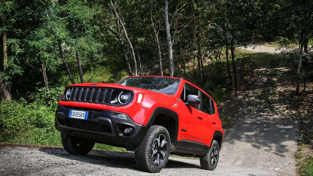 Jeep Renegade 4xe PHEV in rot bergauf fahrend