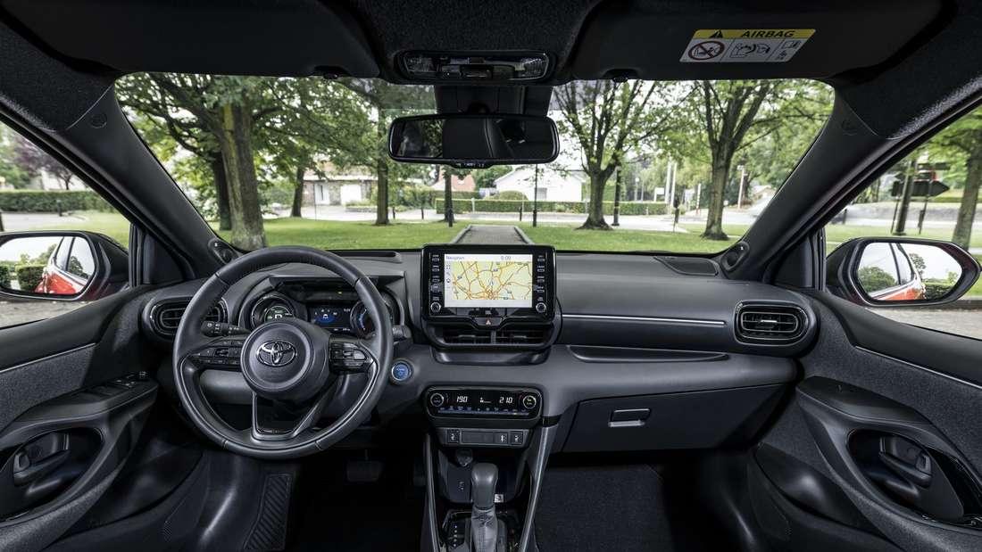 Blick in den Innenraum eines Toyota Yaris Hybrid der vierten Generation (XP 21).