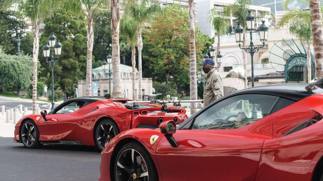 Zwei rot lackierte Ferrari SF90 Stradale.