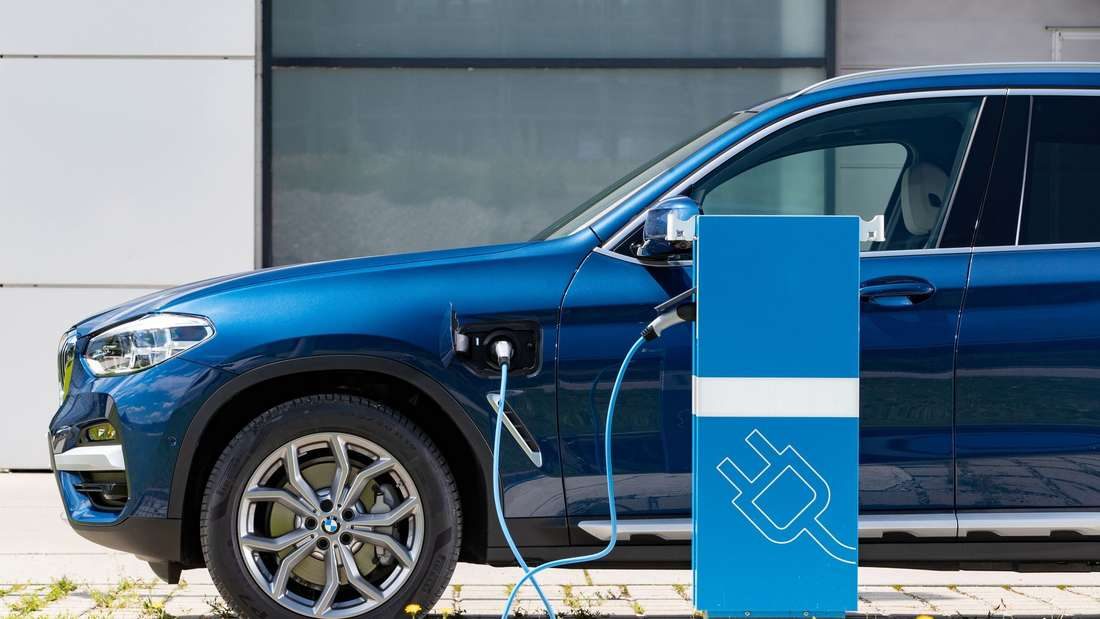 Ein BMW xDrive 30e an einer Ladesäule