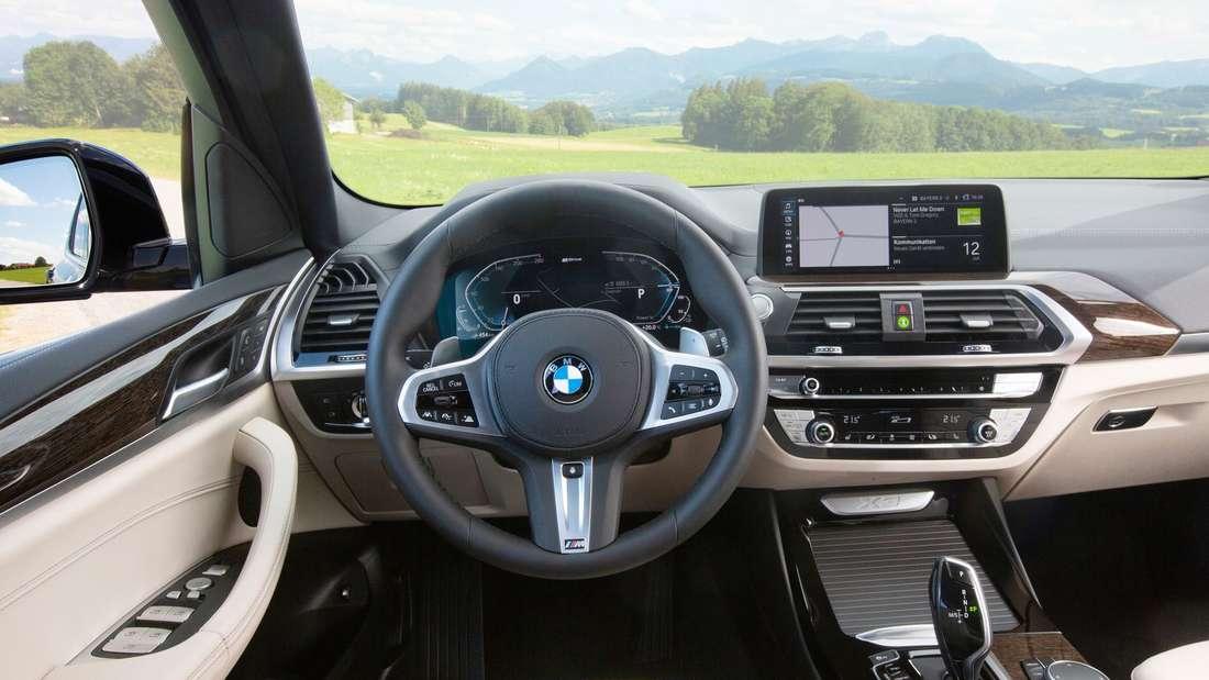 Cockpit-Aufnahme eines BMW X3 xDrive 30e