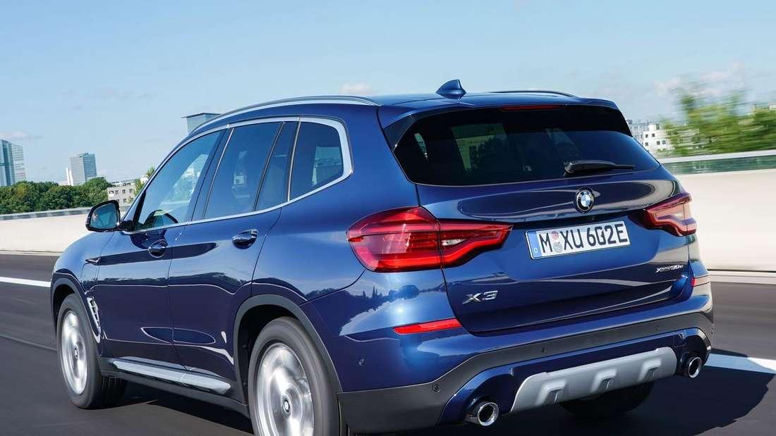 Fahraufnahme eines BMW X3 xDrive 30e von schräg hinten
